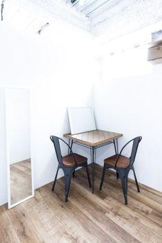 スタジオ内のフリースペースはフィッティングルームやモデルさんの待機所としても使用できます。 Dining Table, Studio, Space, Furniture, Home Decor, Floor Space, Decoration Home, Room Decor, Dinner Table