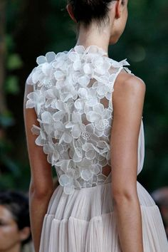Del Pozo great dress. White flowers and plain skirt. Runway details. Fashion inspiration.