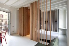 La zona notte è stata separata dal resto dell'abitazione grazie a degli elementi verticali in legno e una parete divisoria in legno multistrato. L'armadio è stato ricavato da una nicchia presente nel muro, chiuso con una semplice tenda in panno pesante
