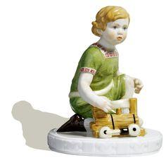 Kind mit Lokomotive, Bunt staffiert, H 15 cm
