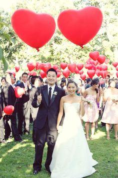 Saída dos noivos criativas com bexigas'