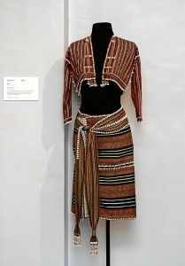 Loren shares her passion with the public—indigenous textiles Tribal Outfit, Tribal Costume, Modern Filipiniana Dress, Tribal Mode, Filipino Fashion, Filipino Culture, Filipino Tribal, Textiles, Tribal Fashion
