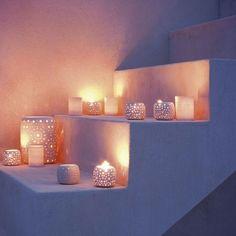 Lichtinstallation im Garten - glühende Kerzen