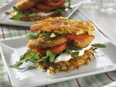 Kartoffelpuffer-Burger mit Frischkäse und paniertem Hähnchen | Zeit: 20 Min. | http://eatsmarter.de/rezepte/kartoffelpuffer-burger-mit-frischkaese-und-paniertem-haehnchen