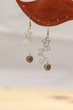 """Boucles d'oreilles """"Caléopsis"""" avec estampe feuille et perle en pyrite"""