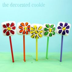 How to make easy rainbow flower marshmallows pops with food writers. An easy rainbow food idea for a unicorn party or rainbow party. Party Treats, Party Snacks, Party Gifts, Marshmallow Flowers, Marshmallow Pops, Decorated Marshmallows, Daisy Painting, Cupcake Cookies, Cupcakes