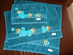 LOY HANDCRAFTS, TOWELS EMBROYDERED WITH SATIN RIBBON ROSES: Conjunto para casal