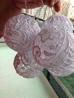 Bolas de plástico forradas com rendas de guipir branca - Castorina