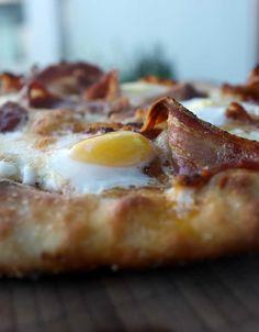 Pizza med bacon og vagtelæg