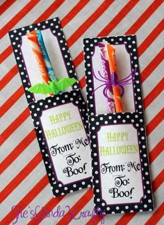 Free printable Halloween candy holder from {kinda}Crafty -> perfect for class parties! Would add pencils and not that sugar type candy pictured. Dulces Halloween, Halloween Favors, Halloween Decorations, Halloween Candy Crafts, Spooky Decor, Halloween School Treats, Halloween Boo, Holidays Halloween, Pretty Halloween
