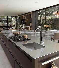 Granito? Quartzo? Corian? Silverstone? Confira algumas dicas sobre como escolher a melhor pedra para a bancada da cozinha.