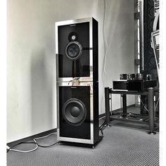 Der größere der beiden nagelneuem Einstein-Lautsprecher. Geschlossene Gehäuse, klingt sehr locker.