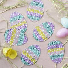 Stitch cute eggs using strips of pastel fabrics for a happy and bright Easter decoration!