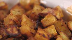 Batata-doce assada fica mais saborosa do que a cozida. Nesta versão, ainda tem camada extra de sabor: páprica e alho criam uma crostinha de tempero que é bom demais