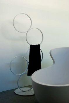 Porta asciugamani Arne by Rapsel Porta salviette in Corian®, della serie di accessori Arne, composto da una base circolare e cinque anelli.