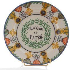 HENRIOT, #Quimper Assiette en faïence polychrome marquée Honneur et Patrie Au revers, Cercle du soldat / du VIe arrt 1917
