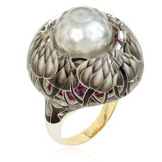 llgiz F for Annoushka Burdock faceted pearl ring features a wonderful faceted white pearl surrounded by enamelled flowers climbing up a pavé ruby base, set on a yellow gold band.