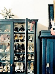 ancien meuble vitrine pour rangement chaussures / old glass cabinet relooked to store shoes Renters Solutions, Shoe Storage Solutions, Storage Ideas, Diy Storage, Wardrobe Solutions, Storage Spaces, Creative Storage, Storage Boxes, Shelf Inspiration