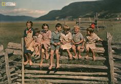 A happy family: seven siblings sit on a wooden fence in Quebec, Canada, May (Photo: Howell Walker, National Geographic) National Geographic Photos, Vintage Children, Quebec, Belle Photo, Siblings, Old Photos, The Past, The Incredibles, Tumblr