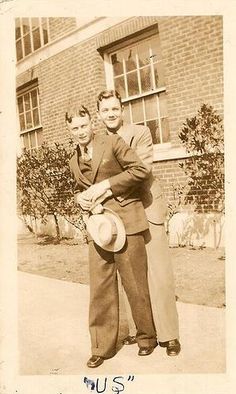 Vintage male couple before Stonewall, way before Stonewall, Gay Pride and Marriage Equality. Gay folks have been out there the whole time. Vintage Couples, Cute Gay Couples, Vintage Love, Vintage Men, Lesbian Couples, Fashion Vintage, Vintage Black, Hugs, Kalender Design