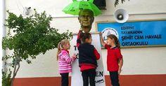 Yağmurdan Atasının büstünü koruyan çocuklarımız varken bu sevda bitermi?