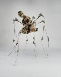Louise Bourgeois, Telegraph Spider, stof, metaal, 2003 Contrast: -menselijke figuur tegenover de dierlijke vormen -materiaal (zachte doek, dat kan gebruikt worden om iemand warm te houden, tegenover het koude metaal, de alienachtige poten die afstoten tegenover de geborgenheid en het tactiele van de figuur)