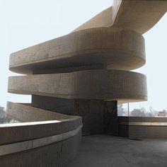 Après la publication en 2011 d'un ouvrage consacré à Firminy-Vert, les Editions du patrimoine confirment leur intérêt pour les dernières œuvres de Le Corbusier avec le Gymnase signé Le Corbusier à Bagdad.