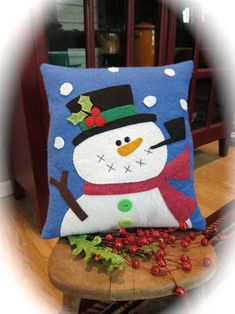 Holly Jolly Snowman Pillow Pattern by cleoandmepatterns on Etsy Christmas Cushions, Christmas Pillow, Felt Christmas, Christmas Stockings, Christmas Applique, Christmas Sewing, Penny Rug Patterns, Felt Snowman, Felt Pillow