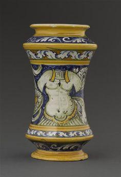 Musée d'Ecouen. Vase cylindrique: Vierge à l'enfant. ECL10991. Face: décor de cuirasse. Italie (origine) Faïence. Ht: 0.242. Diamètre: 0.135 m.