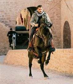 Salman Khan and Katrina Kaif's Tiger Zinda Hai trailer is all set to release tomorrow. Are you excited? - Tiger Zinda Hai trailer out tomorrow! Salman Khan riding a horse proves this chase sequence is going to be a deadly one - view pic Indian Celebrities, Bollywood Celebrities, Bollywood Actress, Bollywood Fashion, Salman Khan Photo, Shahrukh Khan, Ek Tha Tiger, Tiger Tiger, Salman Khan Wallpapers