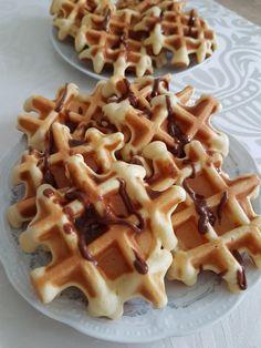 Faguri / Waffles – Lorelley.blog Baby Food Recipes, Dessert Recipes, Cooking Recipes, Romanian Desserts, Good Food, Yummy Food, Sweet Tarts, Kids Meals, Waffles