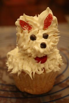 Puppy cupcakes made from one regular and one small cupcake--almost my Bichon Frise cupcakes! Small Cupcakes, Book Cupcakes, Birthday Cupcakes, Cupcake Cakes, Decorated Cupcakes, Cup Cakes, Puppy Dog Cupcakes, Puppy Cake, Cupcake Recipes