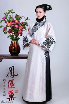 White Qing Dynasty Imperial Palace Lady Outfit for Women Oriental Fashion, Asian Fashion, Chinese Style, Traditional Chinese, Hats For Women, Clothes For Women, Costumes Around The World, Hanfu, Cheongsam