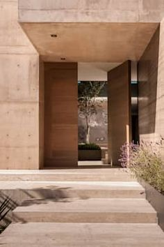 christian y claudio gantous arquitectos / casa m-l, méxico df Wood pivot doors front door modern Wooden Front Doors, The Doors, Modern Front Door, Modern Entry, Modern Living, House Entrance, Entrance Doors, Door Entry, Entrance Design