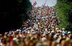 Duizenden mensen lopen tijdens de Vierdaagse van Nijmegen tientallen kilometers. De een voor de kick, de ander voor de bloemen of het kruisje en sommigen hebben andere persoonlijke reden.