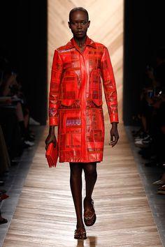 Vem ver a coleção de primavera-verão 2015/16 da Bottega Veneta desfilada na Semana de Moda de Milão!