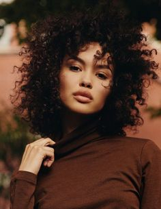 Natural Makeup naomi - You only need to know some tricks to achieve a perfect image in a short time. Afro Look, Isabella Peschardt, Curly Hair Styles, Natural Hair Styles, Natural Curly Hair, Model Foto, Perfect Skin, Curly Girl, Beautiful Black Women