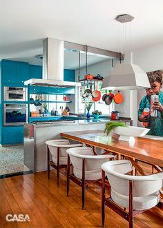 Casa é decorada em tons de azul com atmosfera dos anos 60 | CASA CLAUDIA