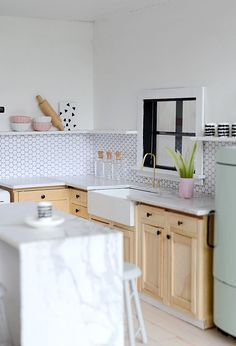 http://www.nalleshouse.com/2016/04/little-modern-farmhouse-kitchen.html #dollhouse
