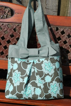 Super cute tote bag.  Definitely going to make this!
