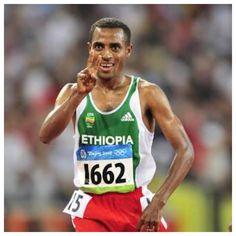 Amanhã , o @bandsports  vai mostrar a Maratona de Dubai com grandes atletas disputando 200 mil dólares . Mas esse , Kenenisa Bekele quer também o recorde mundial  da prova . Caso consiga , embolsa mais 250 mil dólares. BEKELE tem 3 medalhas de ouro nos Jogos Olímpicos de #atenas2004  e #pequim2008  nos 5 mil e dez mil metros rasos . Estarei nessa de quinta para sexta , ao lado do Cleberson Yamada. #dubaimarathon  #kenenisabekele  #bekele  #maratonadedubai  #bandsports  #beijing2008…