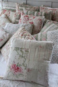 5 Strong Tips AND Tricks: Shabby Chic Wallpaper House shabby chic white mason jars.How To Make Shabby Chic Curtains shabby chic interior sarah tognetti. Shabby Chic Tapete, Shabby Chic Pillows, Shabby Chic Living Room, Shabby Chic Bedrooms, Shabby Chic Homes, Shabby Chic Furniture, Shabby Chic Decor, Chic Bedding, Shabby Chic Quilts