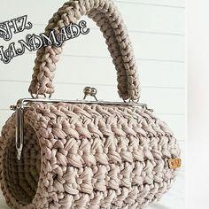 Лето во всю играет крассками, и Вы тоже связали уже море сумок?  беретесь только за новенькие и интересные идеи?)  Фермуары в ручных изделиях сводят с ума своей женственностью и утонченностью. ✅ купить можно тут @trikotazhnaiapriazhaspb . ✅ Подписывайтесь @prygaotyani и черпайте идеи для творчества из трикотажной пряжи. Автор изделий @shz_handmade_orgu_cantalar #вязание #вяжусама #вязанаясумка #вязаныйрюкзак #вязаниекрючком #трикотажнаяпряжа #трикотажнаясумка #пряжалента #лето