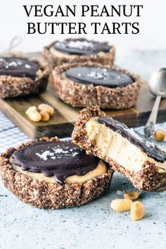 Vegan Peanut Butter Tarts - C is for COOKIE, and cookie is for me - Cookie Monster - Desserts Raw Desserts, Vegan Dessert Recipes, Gluten Free Desserts, Whole Food Recipes, Raw Recipes, Health Desserts, Healthy Recipes, Vegan Christmas Desserts, Healthy Cheesecake Recipes