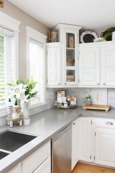 Summer kitchen decor ideas for a modern farmhouse style look. / #summerdecor #kitchendecor #summerdecorations #farmhousestyle Kitchen Items, Kitchen Decor, Kitchen Tools, Clean Kitchen Cabinets, Modern Farmhouse, Farmhouse Style, Farmhouse Kitchens, Kitchen Cabinet Organization, Summer Kitchen