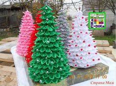 Uma pequena árvore de natal, feita com fitas de cetim. Ótima para decorar seu consultório, escritório....