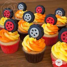 Da série de festas infantis, com vocês os cupcakes e bolo no tema Blaze and the Monster Machines! | ChicChicFindings.etsy.com