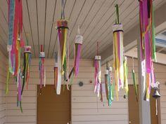 """TUULIVIIRIT      """"Kipot"""" ovat muoviruukkuja joiden päälle liimattu suikale paperia johon lapset piirsivät kesämuistoja....Kangassuikal..."""