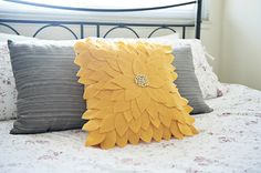 Felt Sunflower Pillow Tutorial - from Fabyoubliss Sewing Pillows, Diy Pillows, Decorative Pillows, Throw Pillows, Pillow Ideas, Sofa Cushions, Felt Flower Pillow, Felt Pillow, Felt Cushion