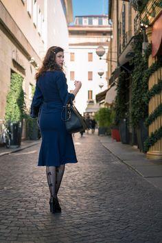 RetroCat mit 30er-Jahre-Kleid und Strümpfen von Chantal Thomass